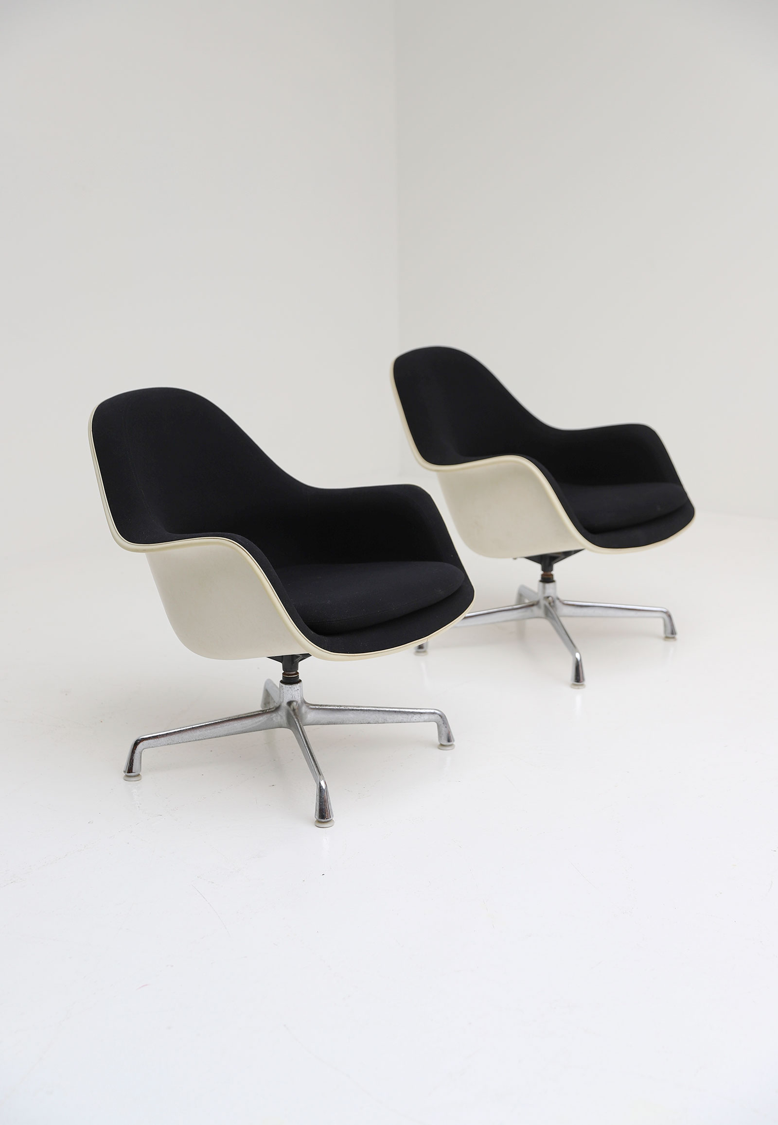 Two Eames Side Chairs Model EC175-8image 8