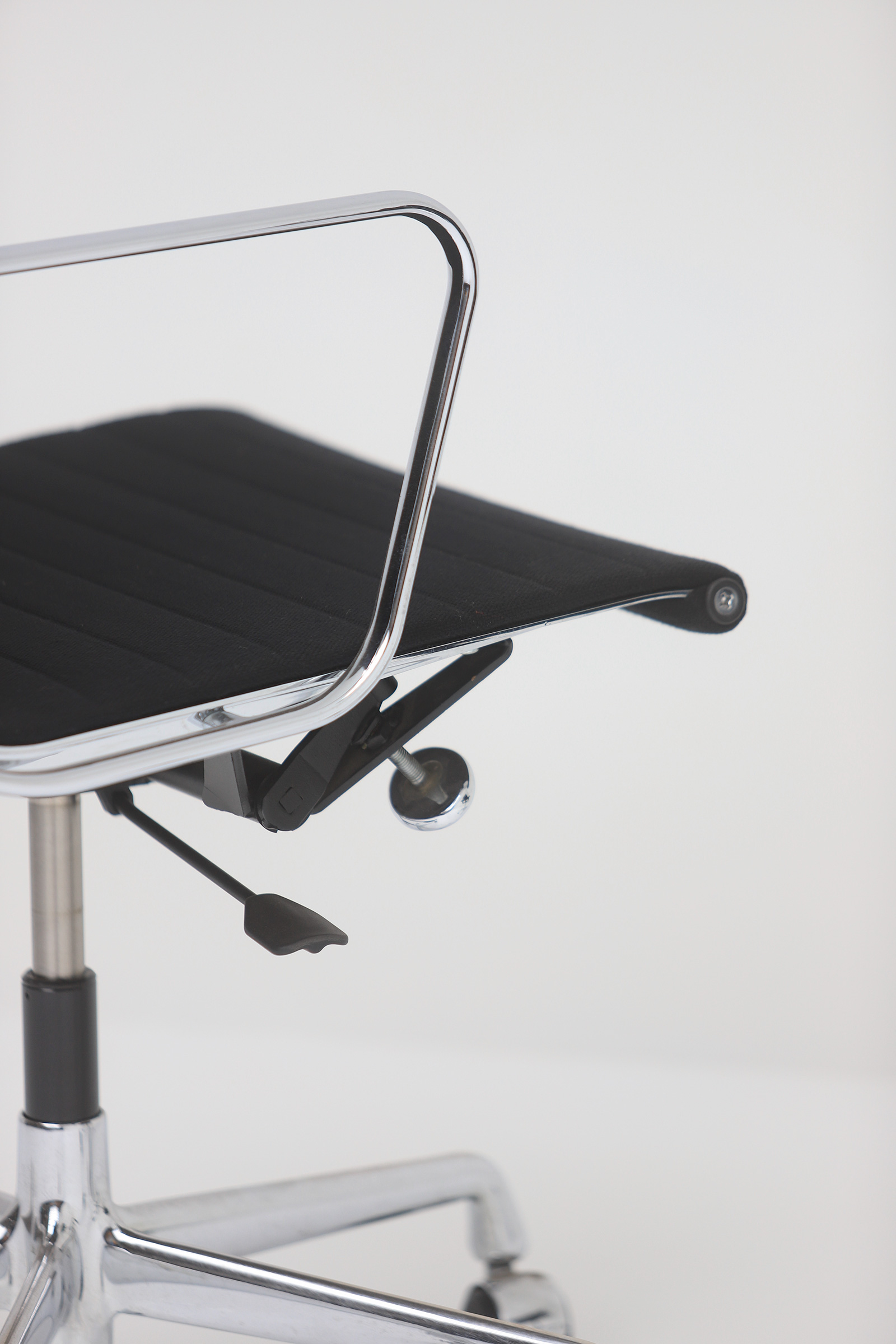 Two Eames office desk chairs ea117image 11