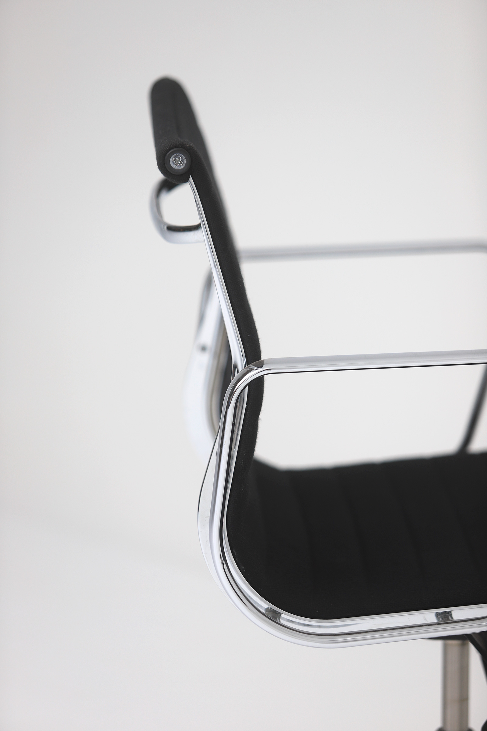 Two Eames office desk chairs ea117image 10