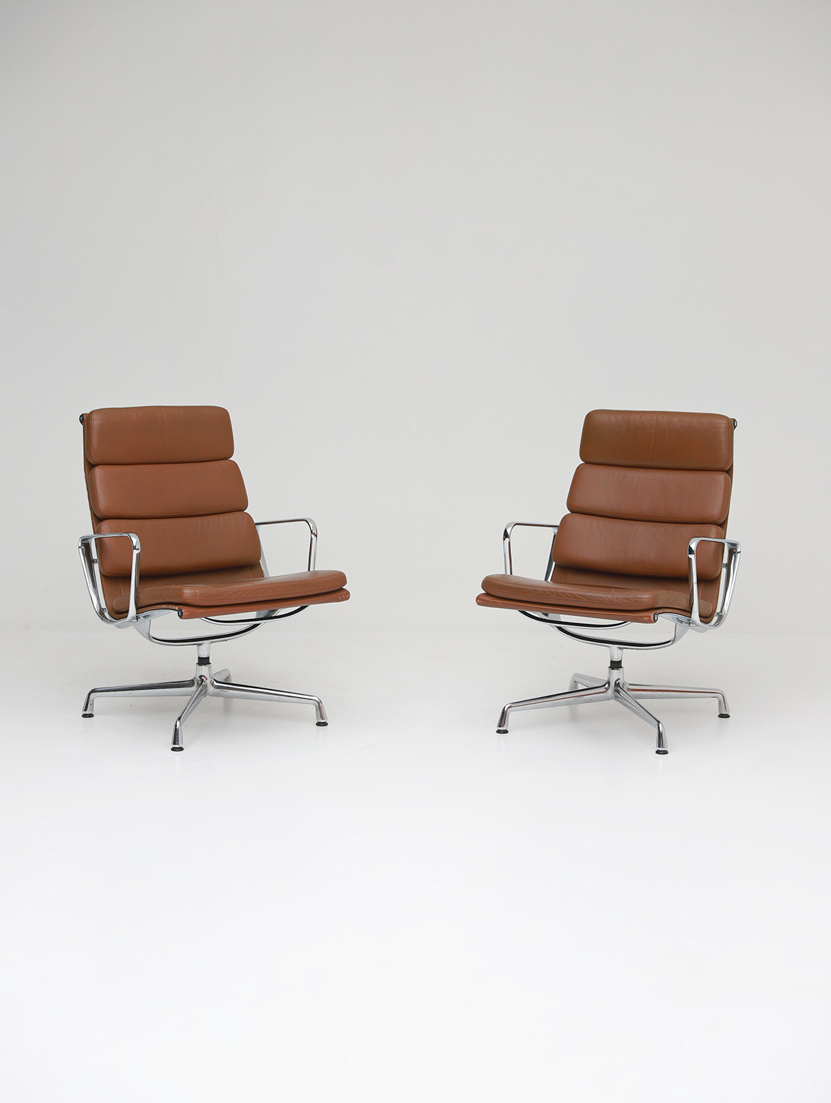 Pair of Eames  Aluminium EA216 Armchairs image 1