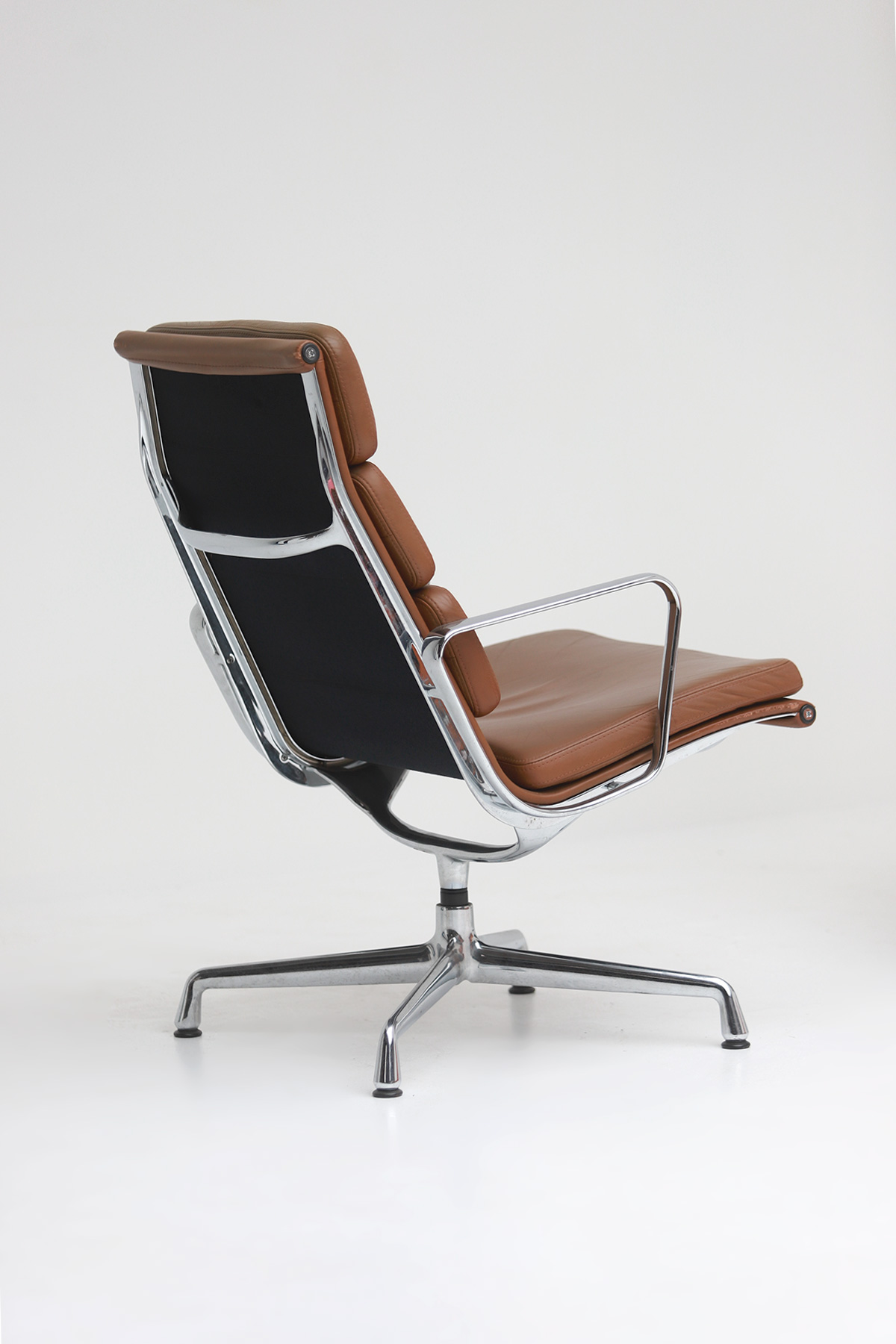 Pair of Eames  Aluminium EA216 Armchairs image 8