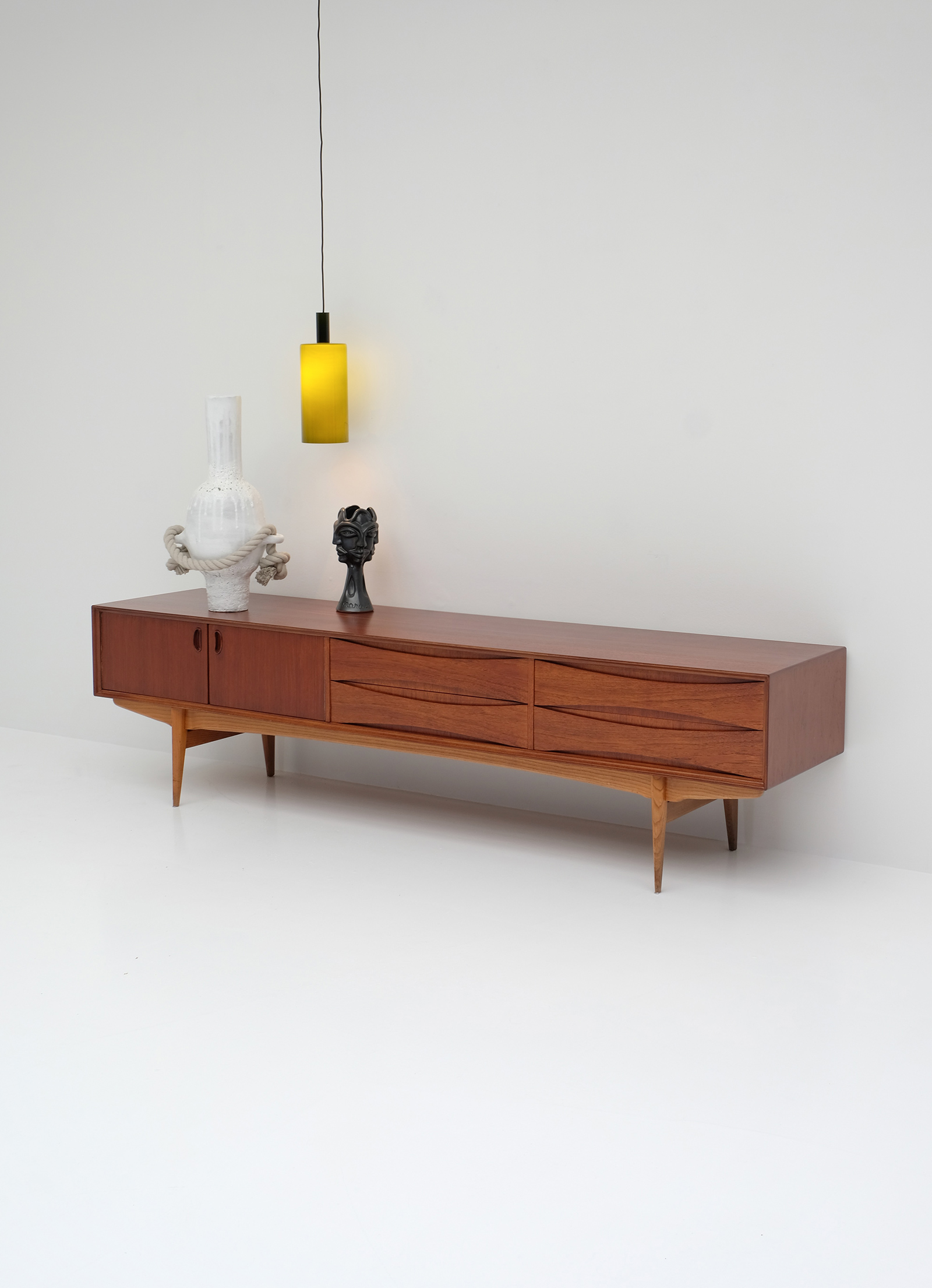 1958 V-form Paola Low Sideboard Oswald Vermaerckeimage 2
