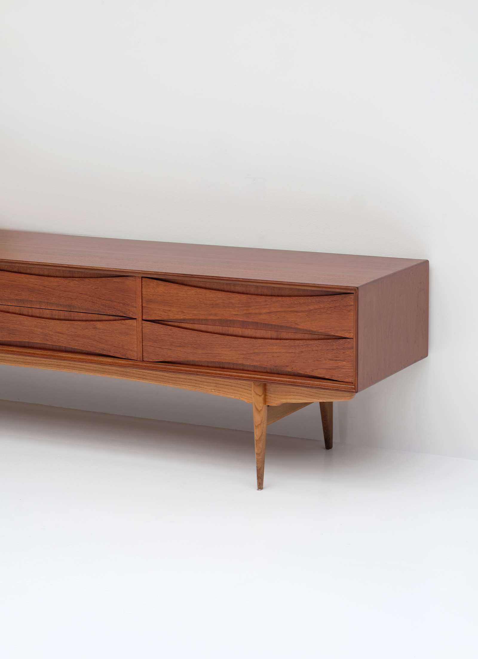 1958 V-form Paola Low Sideboard Oswald Vermaerckeimage 3