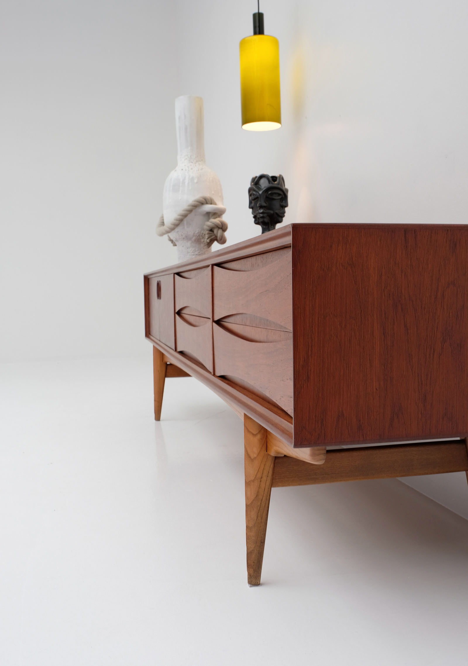 1958 V-form Paola Low Sideboard Oswald Vermaerckeimage 6