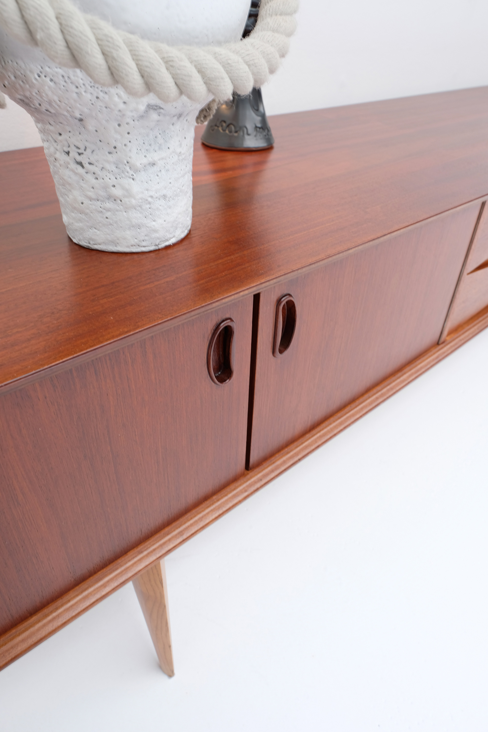 1958 V-form Paola Low Sideboard Oswald Vermaerckeimage 10