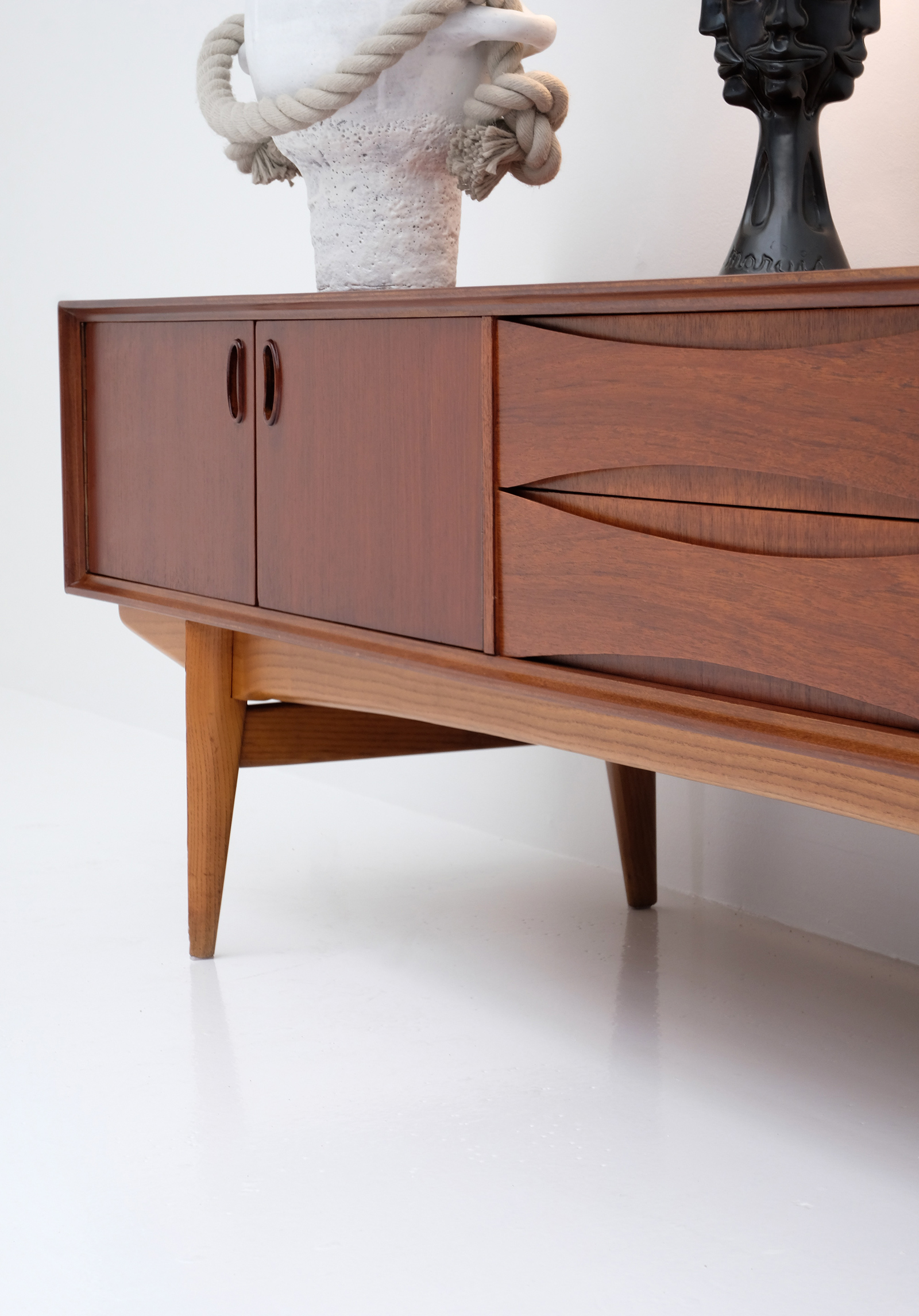 1958 V-form Paola Low Sideboard Oswald Vermaerckeimage 13